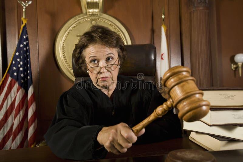 Судья стучая молотком стоковое изображение rf