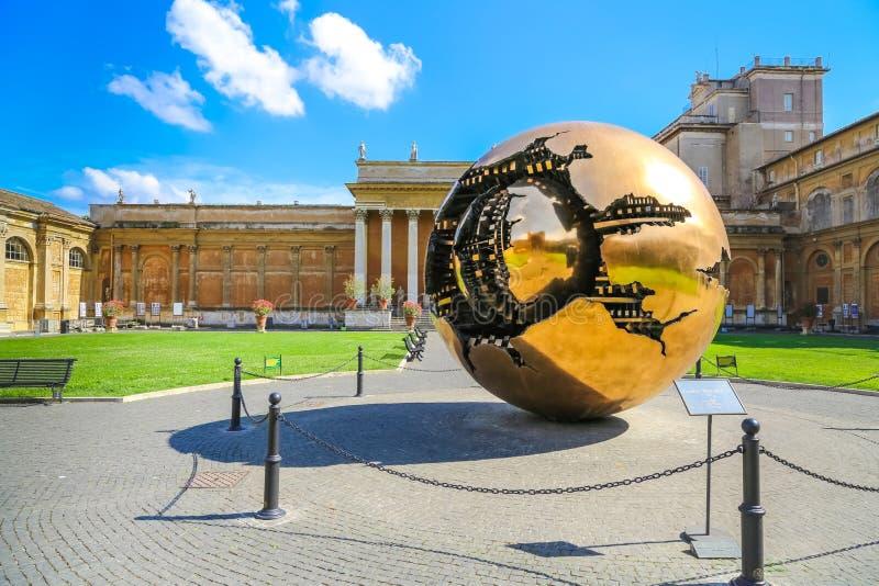 Сфера внутри сфера в музеях Ватикана стоковые фото