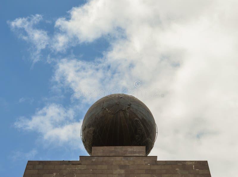 сфера, глобус, памятник Mitad del mundo, линия эквадора стоковые фотографии rf
