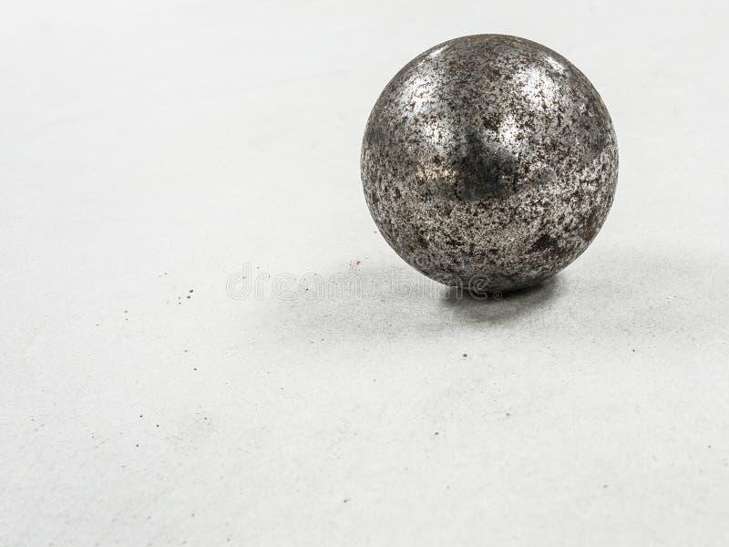 сфера металла ржавчины стальная на белой предпосылке стоковая фотография rf
