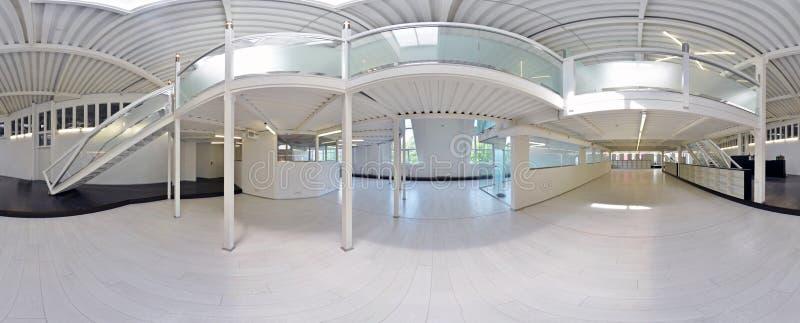 Сферически 360 градусов проекции панорамы, панорамы в внутренней пустой комнате коридора в светлых цветах с лестницами и structur стоковые фотографии rf