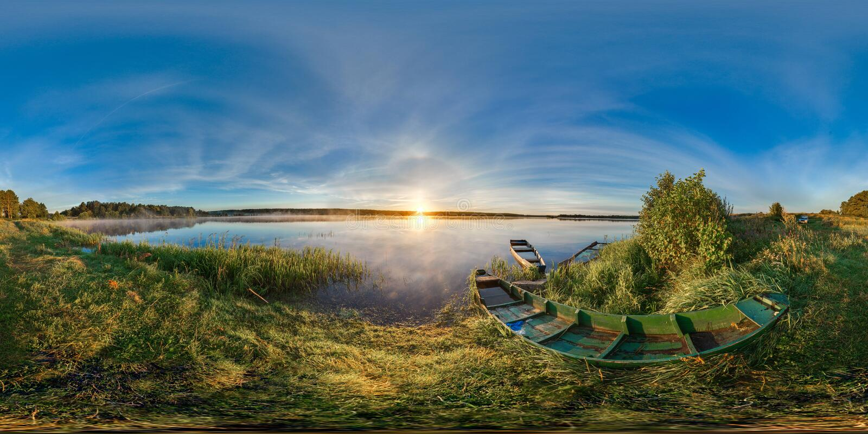 сферически панорама 3D с углом наблюдения 360 подготавливайте для виртуальной реальности Восход солнца на банке озера Шлюпки на б стоковые фото