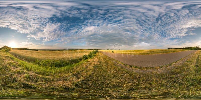 Сферически панорама hdri 360 градусов взгляда угла около дороги асфальта среди полей в заходе солнца вечера лета с облаками цирро стоковое изображение rf