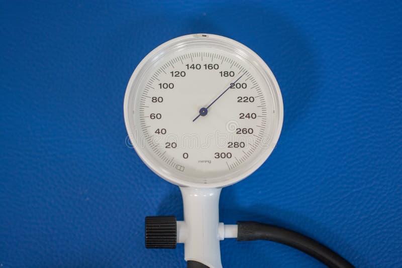Сфигмоманометр показывая высокое кровяное давление стоковая фотография