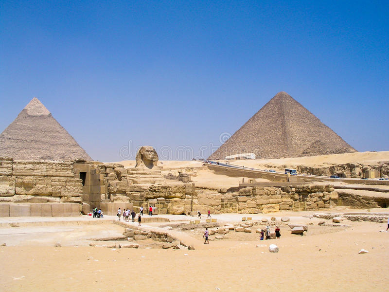 Сфинкс защищая большие пирамиды стоковые изображения rf