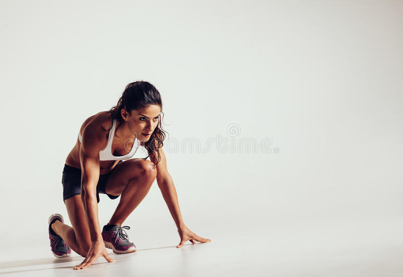 Сфокусированная женщина готовая для бега стоковая фотография rf