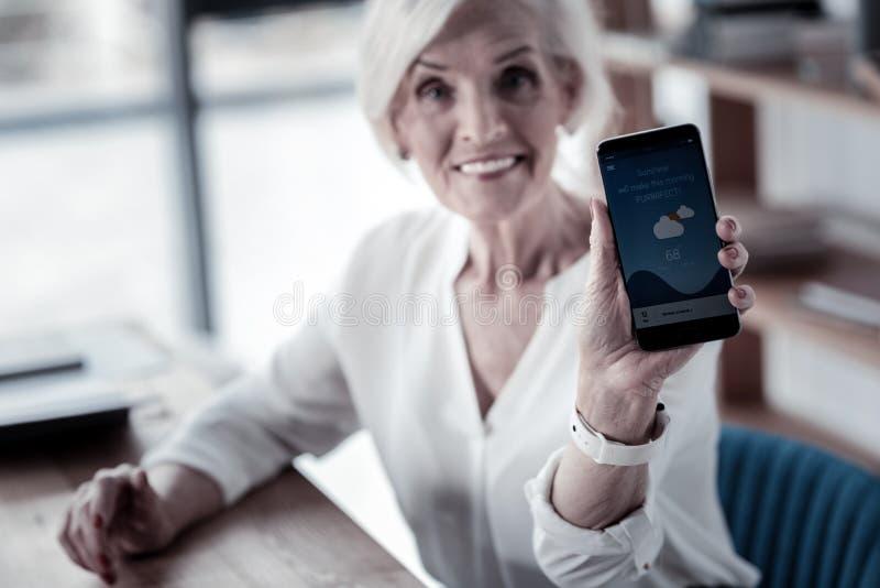 Сфокусированное фото на телефоне который находясь в женской руке стоковые фото