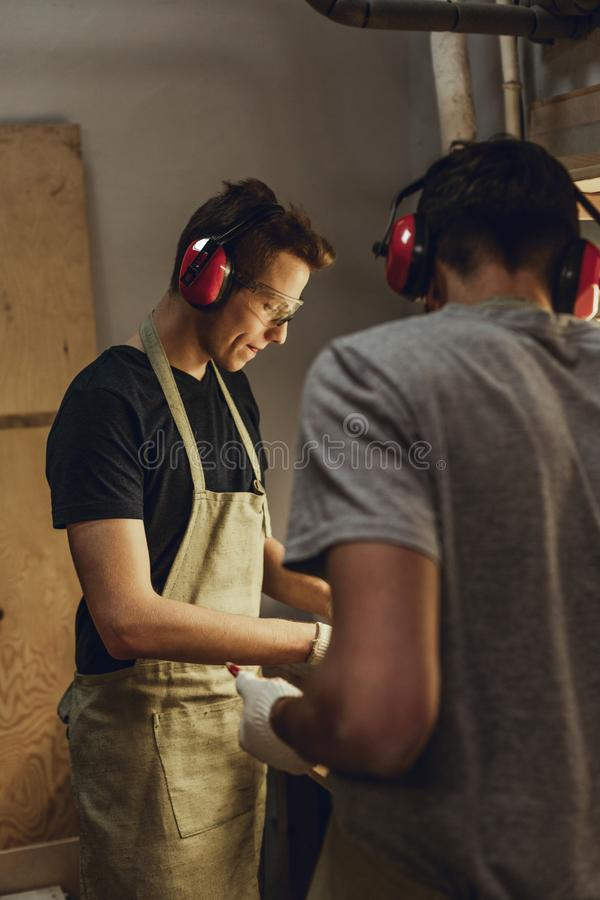 Сфокусированные люди работая в мастерской стоковые фотографии rf