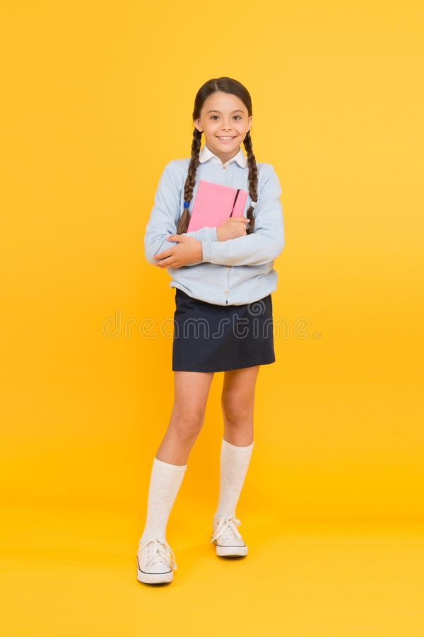 Сфокусированный на образовании Студент девушки ребенк старательный любит изучить Исследование в средней школе Homeschooling и час стоковая фотография rf