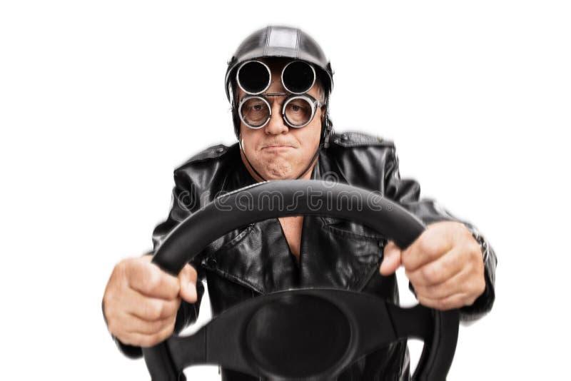 Сфокусированный старший водитель держа рулевое колесо стоковое фото rf