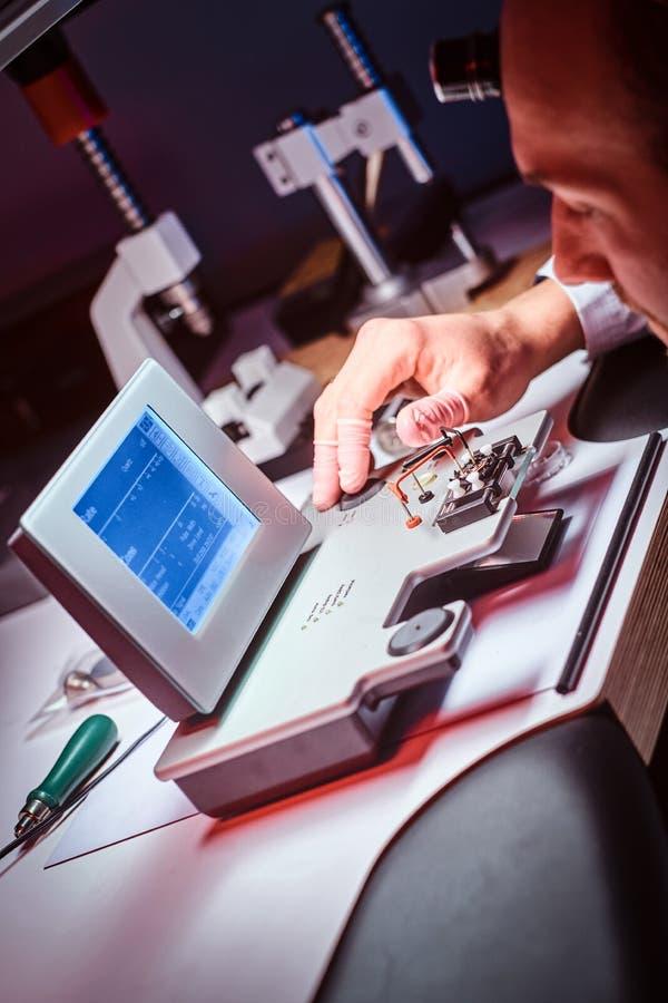 Сфокусированный часовщик работает на его собственной студии стоковая фотография rf