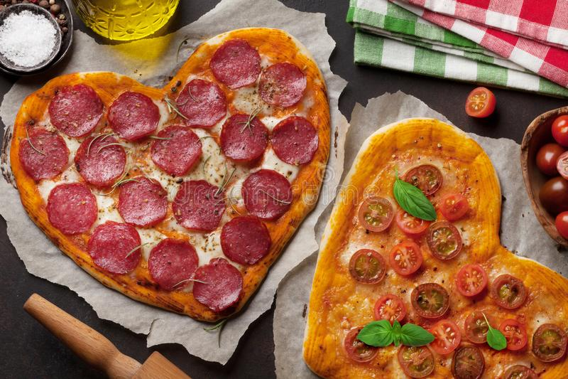 сформированная пицца сердца стоковое фото