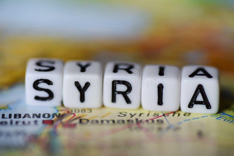 Сформулируйте СИРИЮ сформированную блоками алфавита на карте атласа стоковые фото