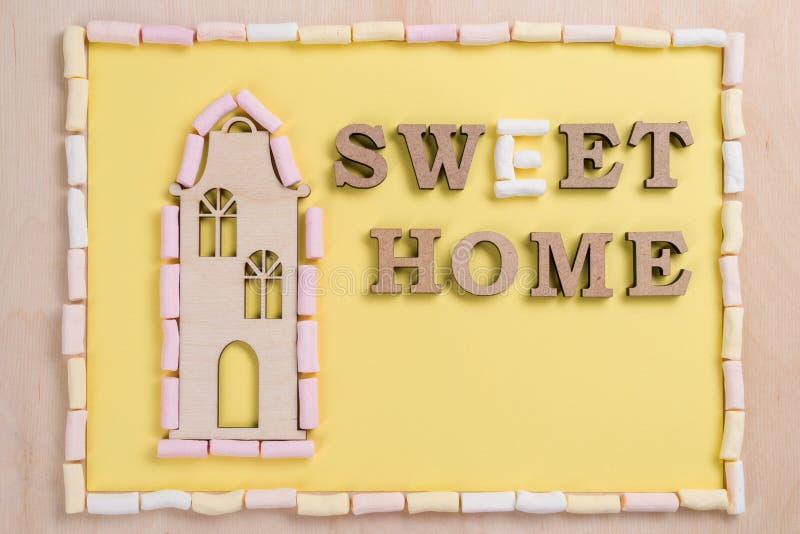 Сформулируйте сладостный дом писем конспекта зефира деревянных стоковое изображение rf