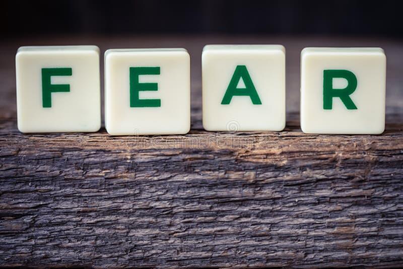Сформулируйте страх, письма на деревенской предпосылке стоковая фотография