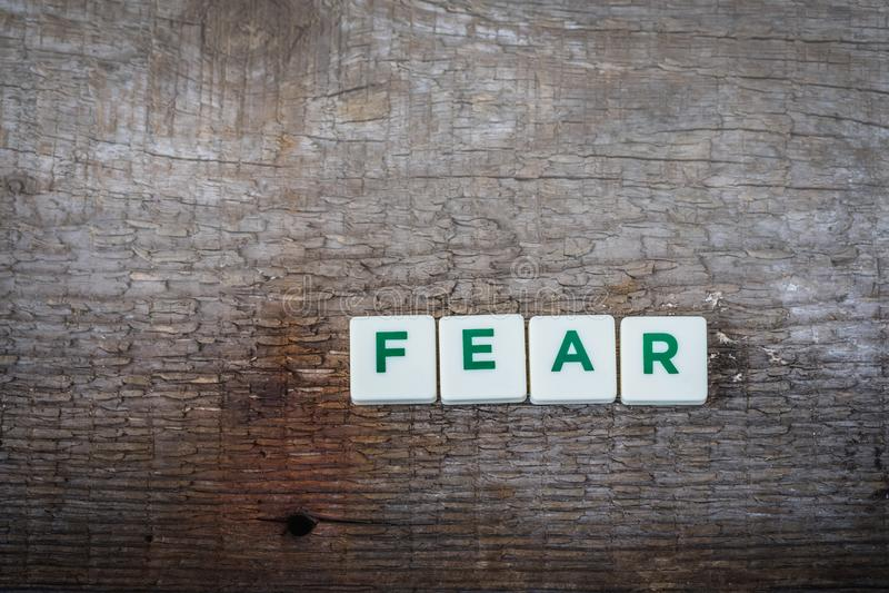 Сформулируйте страх, письма на деревенской предпосылке стоковая фотография rf