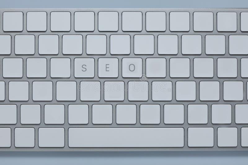Сформулируйте seo на клавиатуре компьютера с другими пользует ключом уничтоженный стоковое фото rf