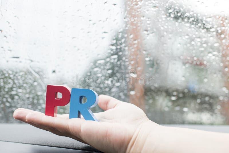 Сформулируйте кубики PR помечает буквами деревянное стоковая фотография rf