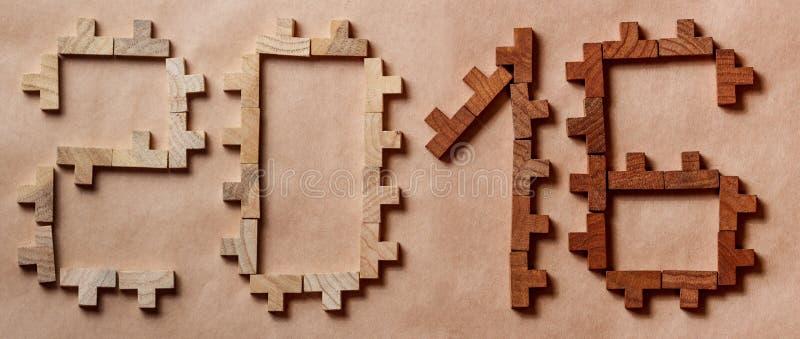 Сформулируйте написанный с деревянными кирпичами на коричневой предпосылке стоковое фото rf