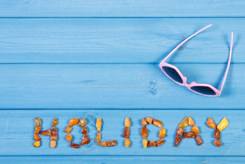 Сформулируйте праздник сделанный из янтарных камней и солнечных очков, концепции временени, космоса экземпляра для текста стоковая фотография