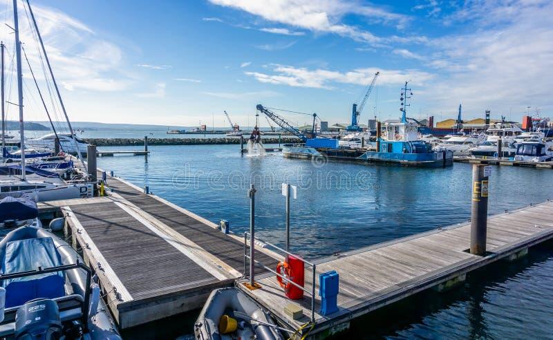 Схватите рожок c h земснаряда на работе драгируя Марину гавани Poole в Дорсете, Великобритании стоковые фото