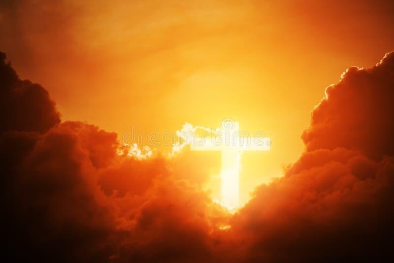 Схематическая деревянная форма символа креста или вероисповедания над небом захода солнца с предпосылкой облаков для бога стоковое изображение rf