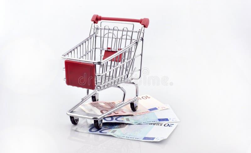 Схематическая студия сняла пука банкнот евро заполняя магазинную тележкау на белой предпосылке 18-ое сентября 2016 стоковые фото