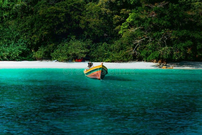 Схематический кинематографический цвет шлюпки пляжа и длинного хвоста в острове цветка в Таиланде стоковые изображения rf