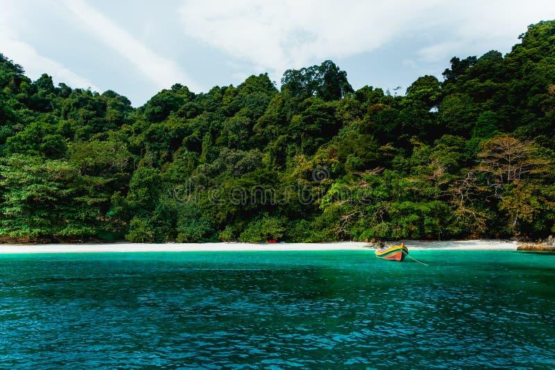 Схематический кинематографический цвет шлюпки пляжа и длинного хвоста в острове цветка в Таиланде стоковая фотография