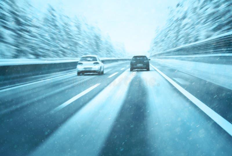 Схематический настигать автомобиля шоссе зимы стоковые изображения rf