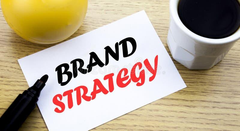 Схематический текст сочинительства руки показывая стратегию бренда Концепция дела для выходя на рынок бумаги липкого примечания и стоковые изображения