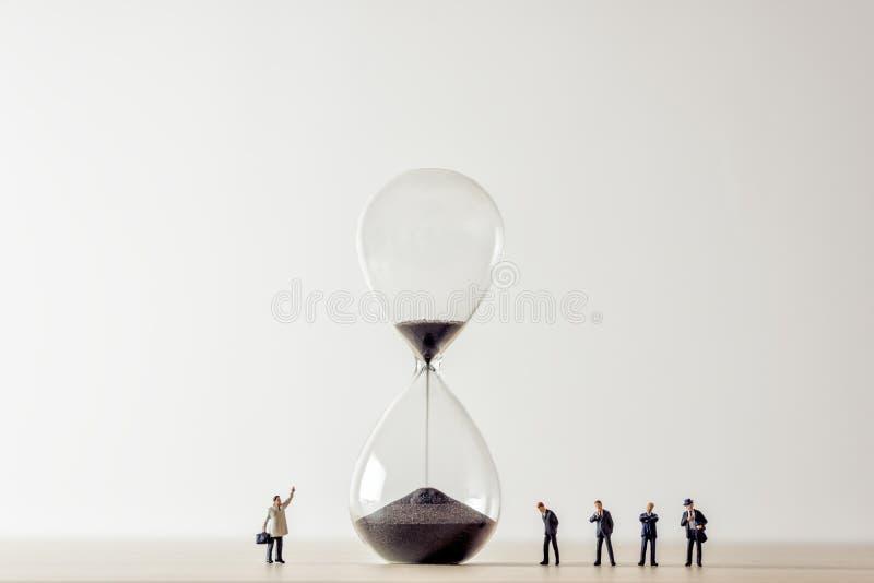 Схематическое изображение бизнесменов смотря часы стоковые изображения