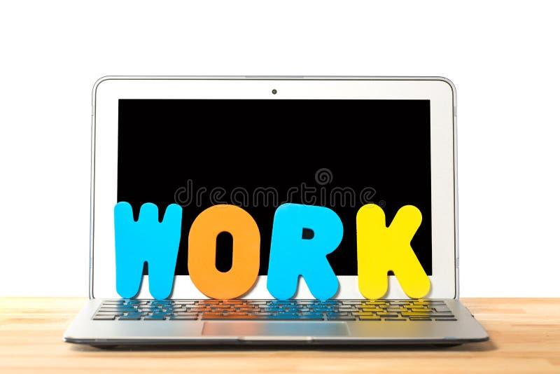 Схематическое место для работы или концепция дела Ноутбук со словом РАБОТОЙ от красочных писем против изолированной белой предпос стоковое фото rf