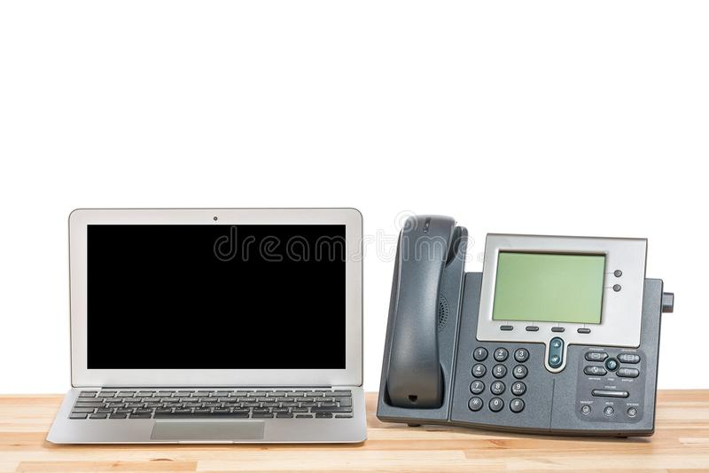 Схематическое место для работы или концепция офиса Портативный компьютер с современным хоном IP на светлом деревянном столе Изоли стоковое фото