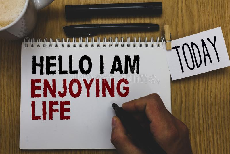 Схематическое сочинительство руки показывая здравствуйте! я наслаждаюсь жизнью Образ жизни текста фото дела счастливый расслаблен стоковое изображение rf