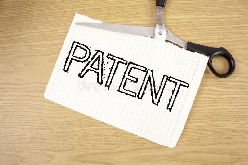 Схематическое сочинительство руки показывая патент Лицензия текста фото дела которая дает права для использования продавать делаю стоковые фото