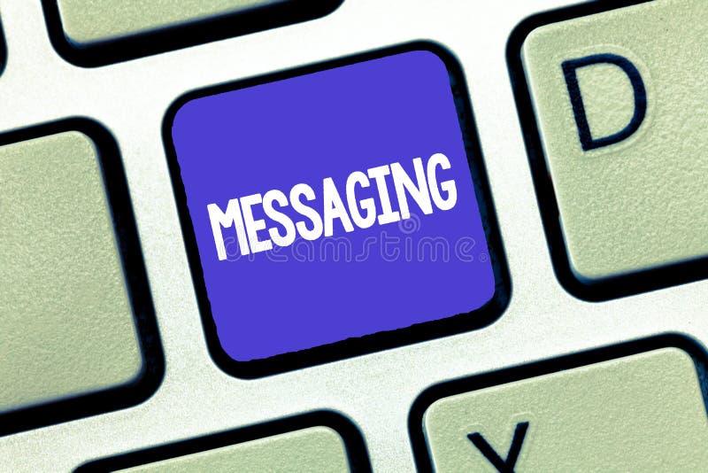 Схематическое сочинительство руки показывая послание Связь фото дела showcasing с другими через сообщения отправляя СМС беседоват стоковые изображения rf