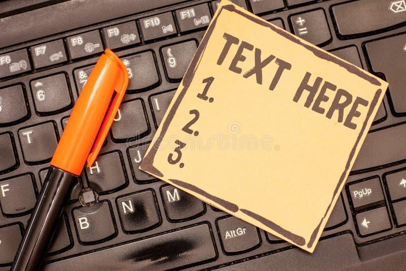 Схематическое сочинительство руки показывая текст здесь Фото дела showcasing пустое пространство для установки чувств сообщения с стоковая фотография