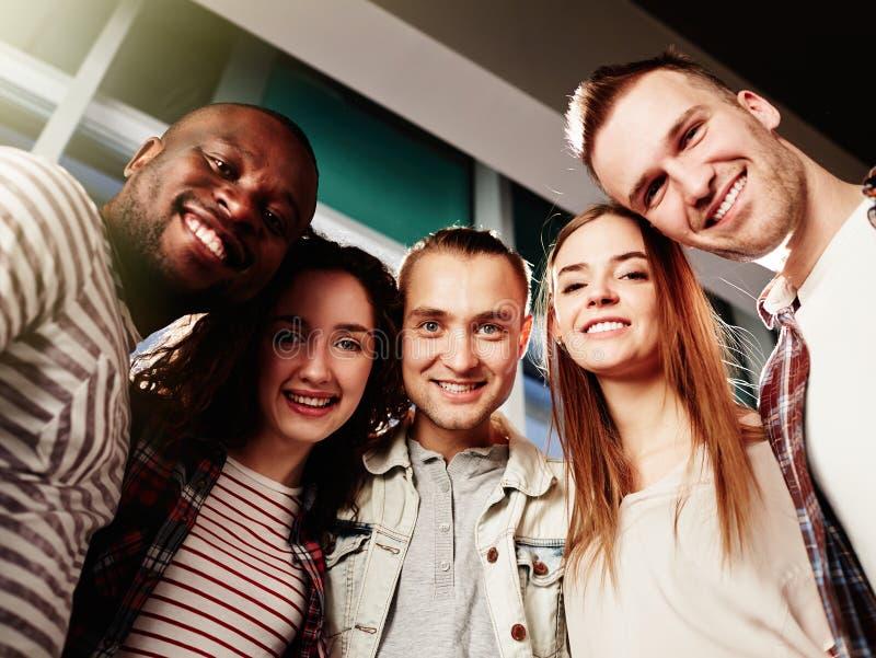 Сход молодых друзей стоковые фото