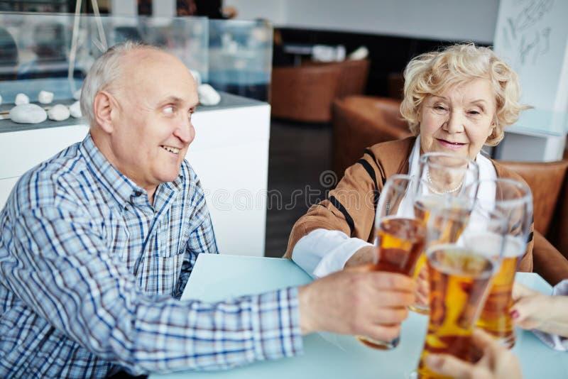 Сход старших людей в пабе стоковое изображение rf