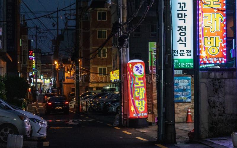 Сценарий улицы с магазинами и движение во время ночи района Nam, Пусана, Южной Кореи ashurbanipal стоковая фотография rf