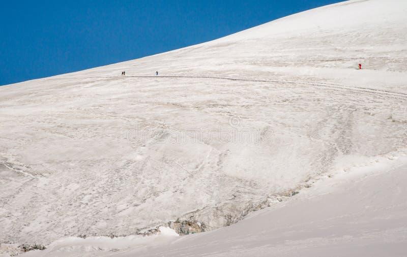 Сценарная гора Breithorn во время временени над деревней Cervinia в Италии стоковые изображения rf