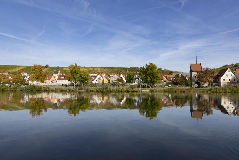 Сценарная историческая деревня Frickenhausen на основе реки стоковые фото