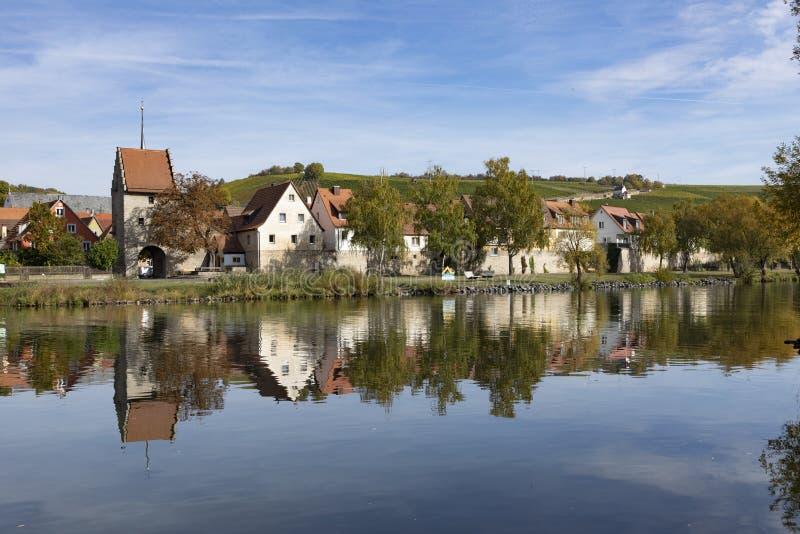 Сценарная историческая деревня Frickenhausen на основе реки стоковое фото