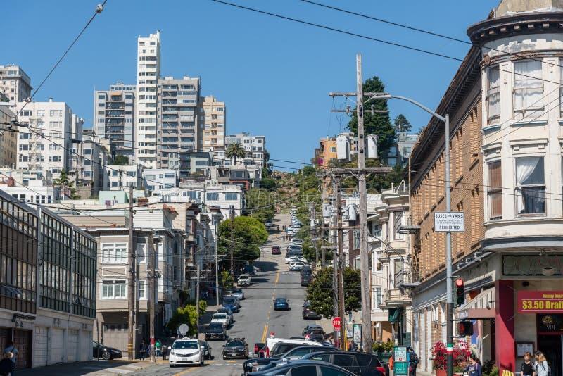 Сценарная перспектива улицы ломбарда в Сан-Франциско, Калифорния стоковые фотографии rf