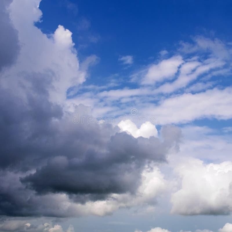 Сценарное голубое небо с белыми облаками стоковые изображения rf