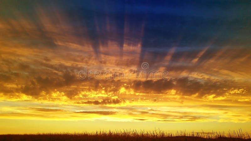 Сценарное небо захода солнца солнц-лучей стоковые фотографии rf