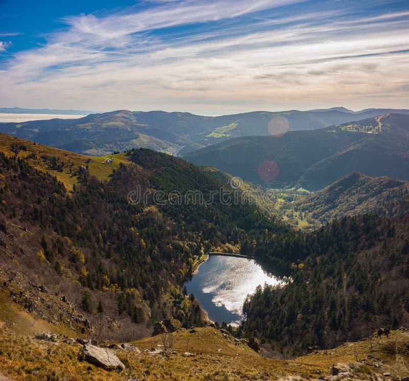 Сценарное обозревая lanscape гор Вогезы Озеро Schiessrothried, от саммита Hohneck стоковое фото