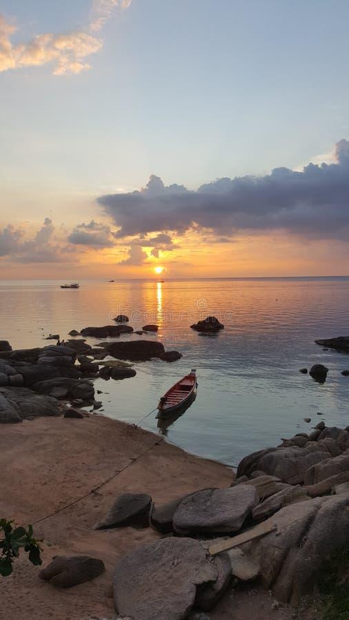 Сценарное kanoe kohtao Таиланда побережья захода солнца взгляда стоковое фото rf