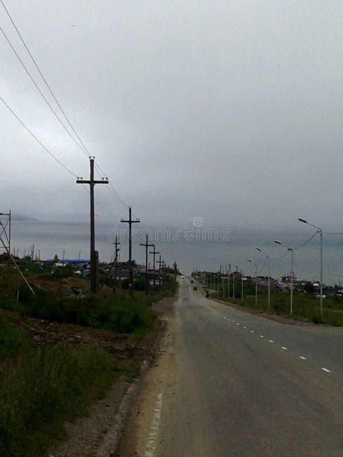 Сценарные дороги к морю в Магадане стоковая фотография